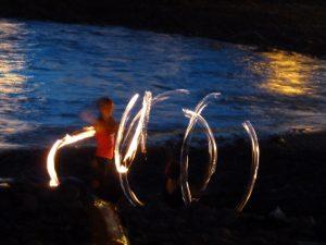 Abendliche Feuershow am Strand