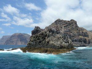 Per Boot entlang der Felsenküste